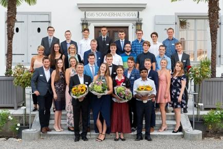 Die Besten des Prüfungsjahrgangs 2018 vor dem Sommerhaus De Vigier in Solothurn. Vier von ihnen wurden für ihre herausragende Leistungen bei den Lehrabschlussprüfungen mit Sonderpreisen ausgezeichnet (vordere Reihe, von links nach rechts): Becir Goranin (