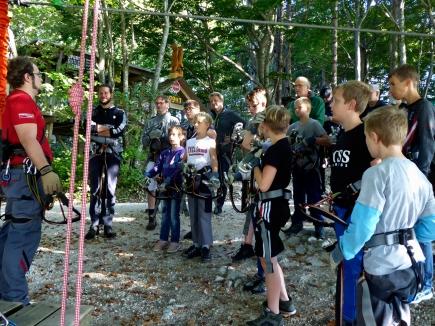 Gespannte Zuhörer vor dem ersten Klettererlebnis